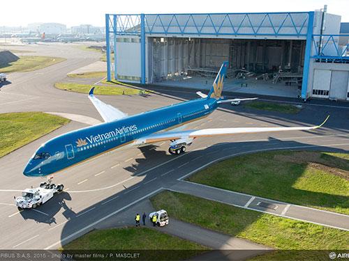 Chiếc máy bay A350 XWB đầu tiên của Vietnam Airlines vừa rời xưởng sơn của Airbus ở Pháp