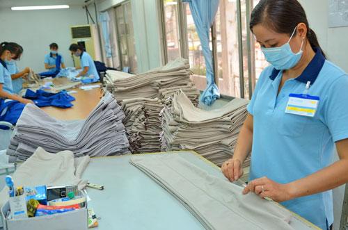 Sản xuất hàng xuất khẩu sang thị trường Hàn Quốc tại Tổng Công ty Dệt may Gia Định Ảnh: TẤN THẠNH