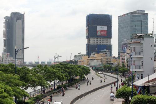 Nhiều dự án căn hộ đang được xây dựng trên đường Bến Vân Đồn, quận 4, TP HCM Ảnh: HOÀNG TRIỀU