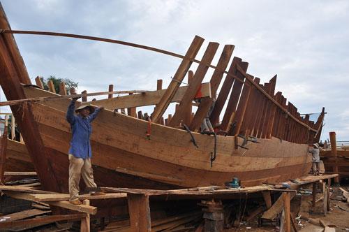 Đóng tàu vỏ gỗ tại HTX Cổ Lũy, xã Nghĩa Phú, TP Quảng Ngãi Ảnh: TỬ TRỰC