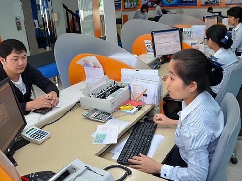 Khách hàng giao dịch tại Ngân hàng Đông Á Ảnh: TẤN THẠNH