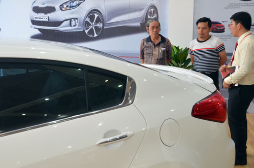 Khách chọn mua xe tại một cửa hàng của Thaco ở TP HCM Ảnh: TẤN THẠNH