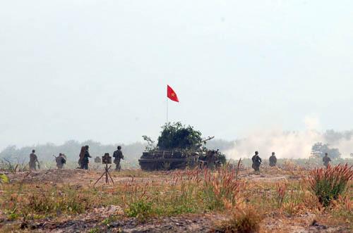 Đội hình xe tăng cùng bộ binh thọc sâu đánh chiếm sở chỉ huy địch trong diễn tập.