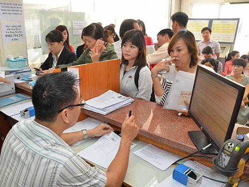 Đại diện các doanh nghiệp đến làm thủ tục quyết toán thuế tại Cục Thuế TP HCM Ảnh: TẤN THẠNH