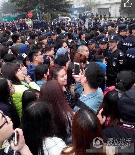 """Phạm Băng Băng """"tháo chạy"""" trước 100.000 người hâm mộ"""
