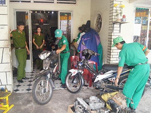 Công an kiểm tra một lò độ xe ở TP Thủ Dầu Một, tỉnh Bình Dương