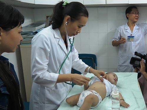 Bé Huy đang được tái khám tại Bệnh viện Nhi Đồng 1