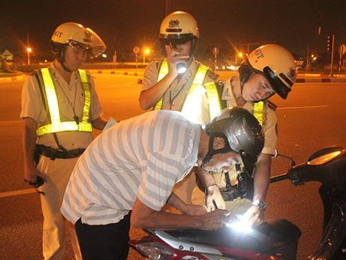 Đội CSGT Cát Lái lập biên bản xử phạt một trường hợp vi phạm giao thông vào tối 21-1