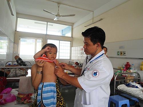 Khám cho bệnh nhi tại Bệnh viện Nhi Đồng 1 (TP HCM)