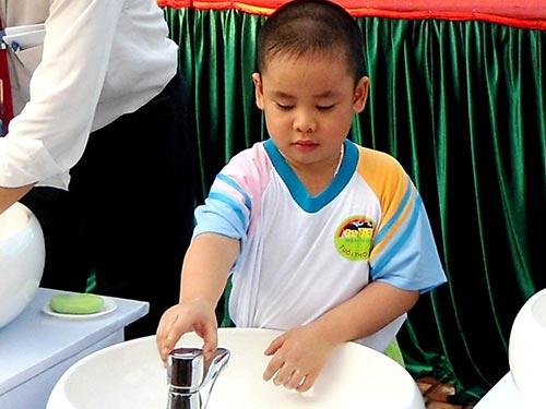 Nên hướng dẫn trẻ rửa tay đúng cách và thường xuyên để đề phòng bệnh tay chân miệng