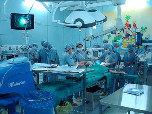 Một ca mổ tim tại BV Nhi Đồng 2 (TP HCM)