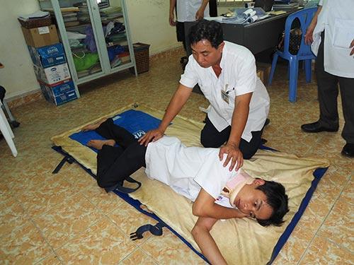 Các điều dưỡng viên Trung tâm Cấp cứu 115 TP HCM hướng dẫn tư thế nằm nghiêng an toàn
