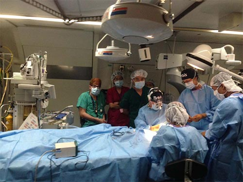 Một ca phẫu thuật mắt trên Bệnh viện bay Orbis sáng 26-5 tại sân bay quốc tế Nội Bài