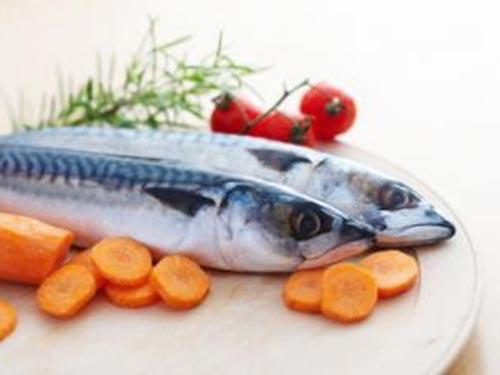 Cá và rau quả được xem là dạng thực phẩm lành mạnh Ảnh: MNT