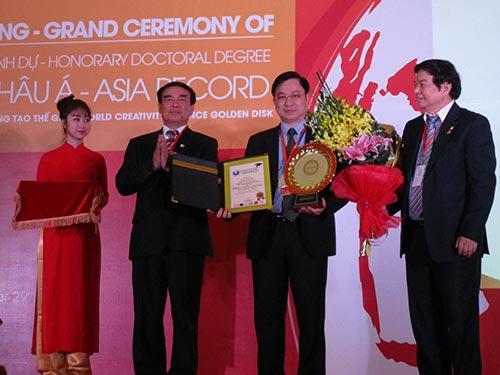 Trao tặng kỳ lục về chữa bệnh cứu người cho lương y Phùng Tuấn Giang