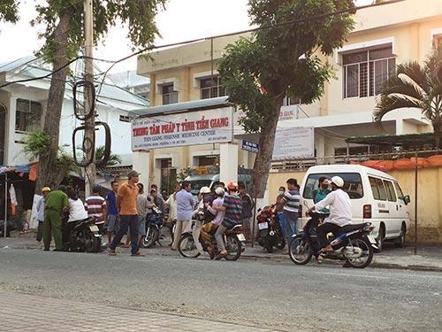 Nhiều người đến Trung tâm Pháp y tỉnh Tiền Giang để tìm hiểu về cái chết của mẹ con sản phụ  Nguyễn Thị Yến Linh