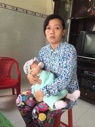 Chị Lê Thị Bích Loan cùng con gái mới sinh nặng 3,8 kg