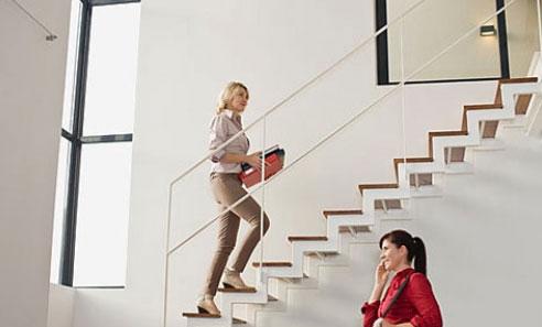 Đi bộ thay vì thang máy ở công sở