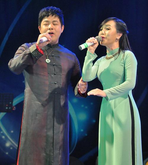 Hình ảnh Hà Vân quen thuộc với chiếc áo dài