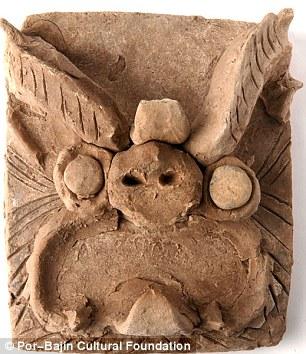 Một vài hiện vật khai quật được tại hòn đảo, trong đó có viên ngói (ảnh dưới) gợi nhớ đến công trình kiến trúc của người Trung Quốc. Ảnh: