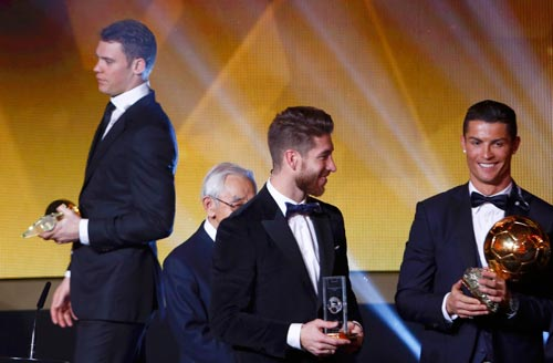 Có một World Cup xuất sắc nhưng thủ môn Neuer (trái) chỉ xếp thứ ba sau Messi và Ronaldo (phải)  Ảnh: REUTERS