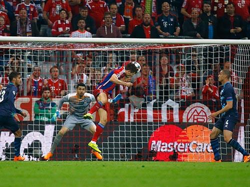 Pha đánh đầu nâng tỉ số 3-0 của Lewandowski đến từ sau 26 đường chuyền giữa các cầu thủ Bayern Munich Ảnh: REUTERS