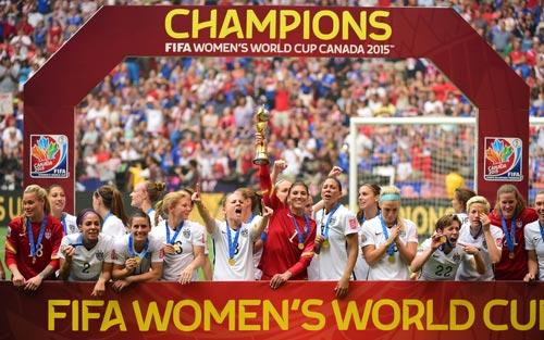 Đội Mỹ trong lễ nhận cúp vô địch Ảnh: REUTERS