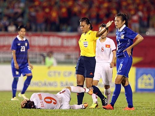 Trọng tài Thein Thein Aye bỏ qua nhiều lỗi của các cầu thủ Thái Lan ở trận bán kết với Việt Nam tối 8-5