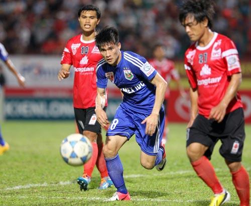 Công Vinh (giữa) sẽ được thi đấu nhiều hơn khi B.Bình Dương bắt đầu tham dự AFC Champions League Ảnh: QUANG LIÊM
