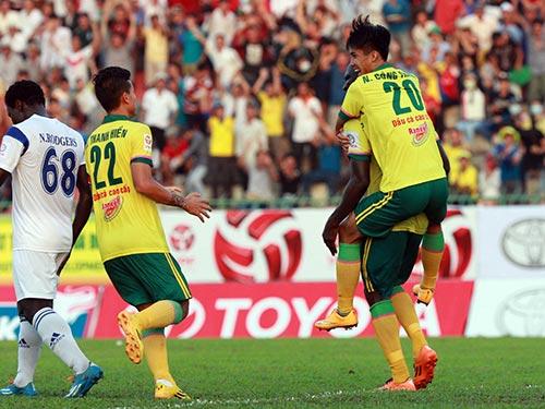 Cầu thủ 17 tuổi Công Thành (20) sau bàn gỡ hòa cho Đồng Tháp, giúp họ có được điểm đầu tiên Ảnh: Quang Liêm