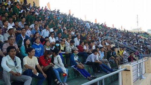 Khán giả đến kín sân Phú Yên trong trận hòa 0-0 với Bình Phước chiều 11-4 Ảnh: TRẦN MINH