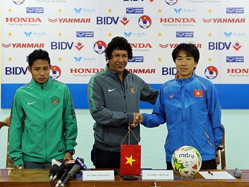 HLV Miura (phải) và trợ lý HLV Olympic Indonesia trong cuộc họp báo chiều 8-3 Ảnh: HẢI ANH
