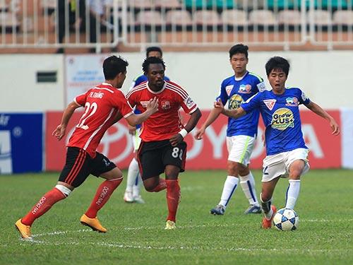 Thanh Hậu (bìa phải), cầu thủ đầu tiên ghi bàn ở V-League khi còn đang học lớp 12 Ảnh: MINH TRẦN