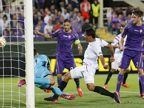 Carlos Bacca (áo trắng) là chân sút hàng đầu của Sevilla Ảnh: REUTERS
