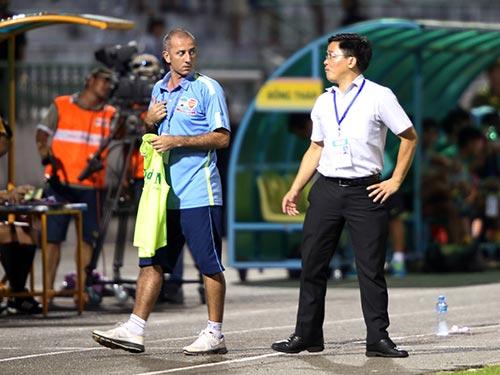 HLV Graechen và trưởng đoàn HAGL Nguyễn Tấn Anh tranh luận trên sân sau trận thua Đồng Tháp 0-1  vào chiều tối 15-8  Ảnh: NGỌC LINH