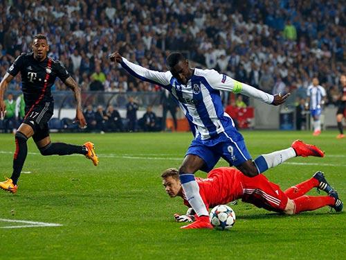 Jackson Martinez trong bàn ấn định chiến thắng 3-1 cho Porto Ảnh: REUTERS