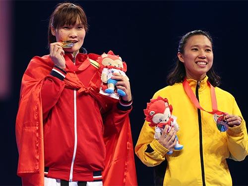 Hà Thị Nguyên (trái) trên bục nhận huy chương tối 14-6