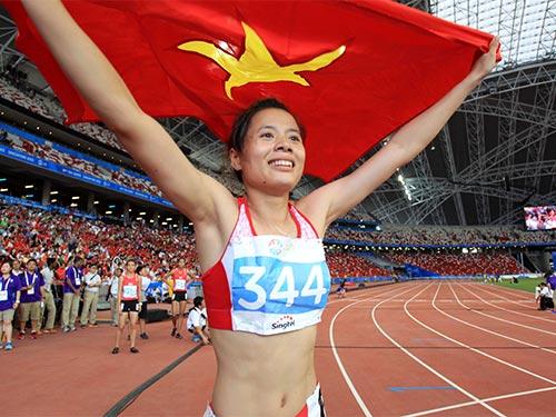 """Nguyễn Thị Huyền sau chiến tích """"3 trong 1"""" ở cự ly 400 m rào Ảnh: QUANG LIÊM"""