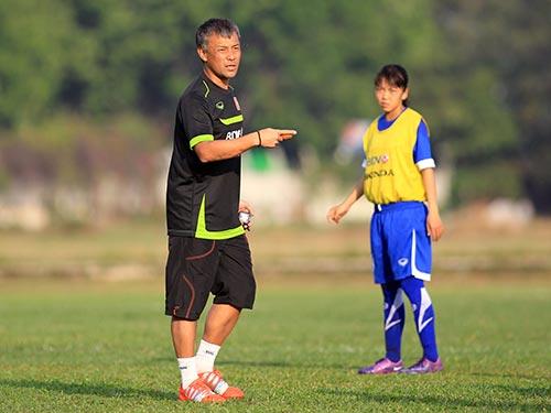 HLV Takashi trong buổi tập của đội nữ Việt Nam trên sân Phú Thọ (TP HCM) sáng 1-5
