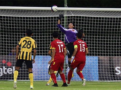 Minh Long trong một pha cứu thua ở trận U23 Việt Nam thắng U23 Malaysia 5-1 Ảnh: QUANG LIÊM