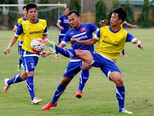 Sau buổi tập cùng tuyển Việt Nam trước trận giao hữu với Man City, Trọng Hoàng (8) bị rách cơ đùi  Ảnh: HẢI ANH