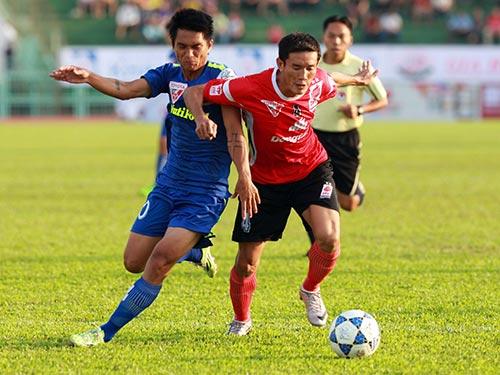 Không có trung vệ nước ngoài hỗ trợ, Văn Long (trái) vất vả trong trận HAGL thua ĐTLA 1-2 Ảnh: Quang Liêm