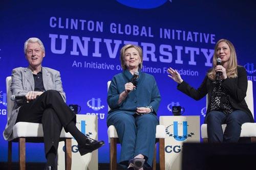Bà Hillary Clinton (giữa) cùng chồng và con gái tại một hội nghị của Sáng kiến Toàn cầu Clinton tại TP Tempe, bang Arizona - Mỹ hồi tháng 3 Ảnh: REUTERS