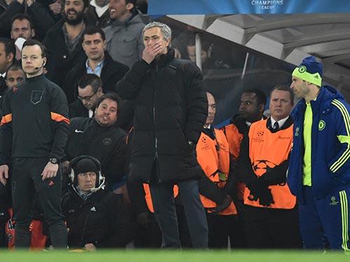 Vẻ cam chịu của HLV Mourinho khi Chelsea mùa thứ hai liên tiếp bị loại khỏi Champions League Ảnh: REUTERS
