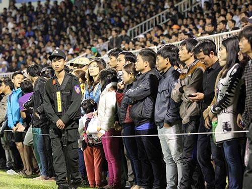 CĐV tràn xuống đường chạy sân Pleiku chiều tối 4-1 khi HAGL thắng Sanna Khánh Hòa BVN 4-2   Ảnh: ANH DŨNG
