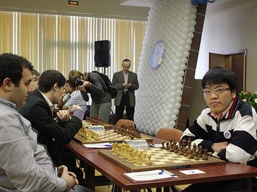 Lê Quang Liêm (phải) sẽ cố gắng giành thành tích tốt nhất để trở lại nhóm siêu đại kiện tướng Ảnh: ĐÔNG LINH