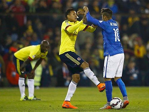 Neymar xô xát với cầu thủ Colombia vào cuối trận Ảnh: REUTERS