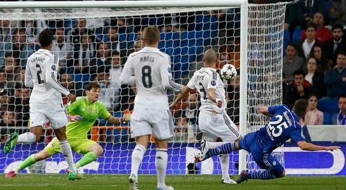 Các hậu vệ Real Madrid chết lặng khi Huntelaar (phải) nâng tỉ số 2-1 cho Schalke 04 Ảnh: REUTERS