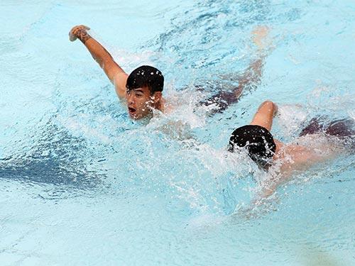 Thanh Hiền và Ngọc Hải trong cuộc so tài tại bể bơi của khách sạn Ảnh: HẢI ANH