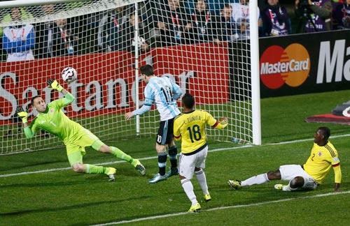 Thủ môn Ospina cản cú đánh đầu của Messi ở hiệp 1 Ảnh: REUTERS